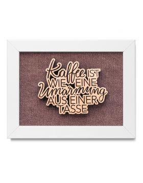 """""""Kaffee ist wie eine Umarmung aus einer Tasse"""" - Holz Bilderrahmen mit persönlicher Gravur als Wanddeko - Mittelbraun"""