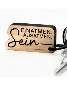 """""""Holzart"""" Schlüsselanhänger mit Gravur - Einatmen. Ausatmen. Sein."""